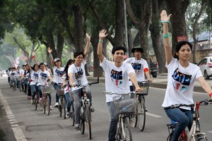 500 young people cycling, scavenging in a response to Earth Hour in Hanoi