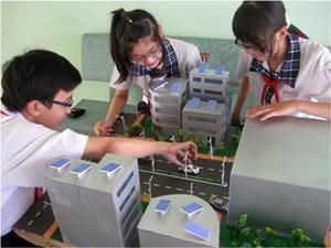 Học sinh chế tạo đèn năng lượng mặt trời