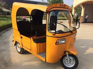 Xe tuk tuk chạy bằng năng lượng mặt trời đầu tiên tại Campuchia