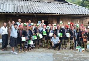 Tặng đèn năng lượng mặt trời cho người dân Lào Cai