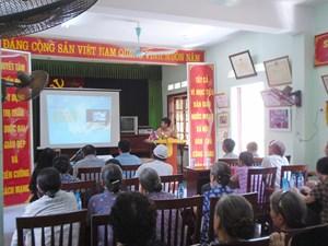 Điện lực Quốc Oai tuyên truyền và trao thưởng hộ gia đình tiết kiệm điện