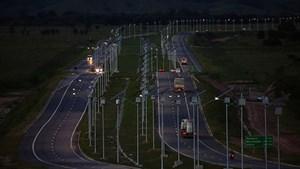 Siêu xa lộ mới ở Brazil được thắp sáng bởi hàng nghìn đèn năng lượng mặt trời