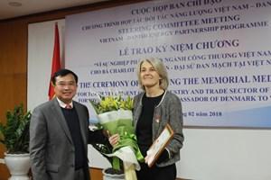 Trao kỷ niệm chương vì sự nghiệp phát triển ngành Công Thương VN cho Đại sứ Đan Mạch Charlotte Laursen