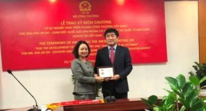 """Trao kỷ niệm chương """"Vì sự nghiệp phát triển ngành Công Thương Việt Nam"""" cho Giám đốc Quốc gia Văn phòng Cơ quan hợp tác quốc tế Hàn Quốc (KOICA) tại Việt Nam"""