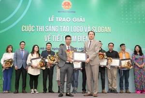 """VTV1 đưa tin Lễ trao giải Cuộc thi """"Sáng tạo logo và slogan về tiết kiệm điện""""."""